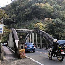 早川に架かる国道1号線の橋