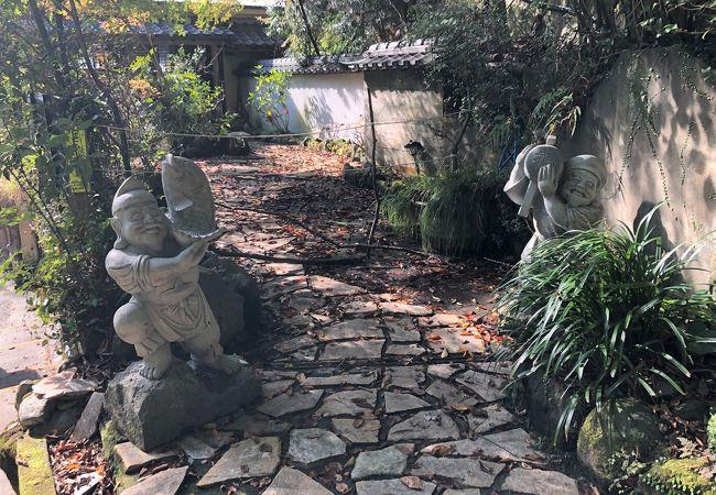 恵比須と大黒天の2つの石像がある