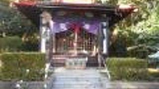 保土ケ谷宿と戸塚宿の境の急な坂の上の小高いところにあります。