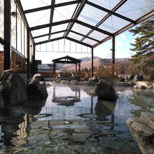 大露天風呂です。奥にサウナと陶器風呂があります。