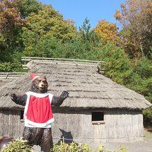 北海道アイヌの家、熊がクリスマスバージョン