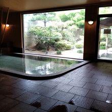 清潔で静かな中で庭園を眺めながら湯に浸かれます。