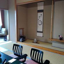 坪庭や次の間もある広い和室