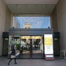 ロイヤルパインズホテルの建物の入口正面です。ガラス張りの入口