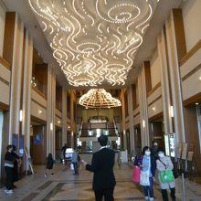 ロイヤルパインズホテルの1階フロアーです。シャンデリアが豪華