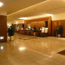 ロイヤルパインズホテルのフロントです。そこそこ利用客がいます