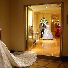 ウエディングドレスの試着室です。やはり華やかな気持ちがします