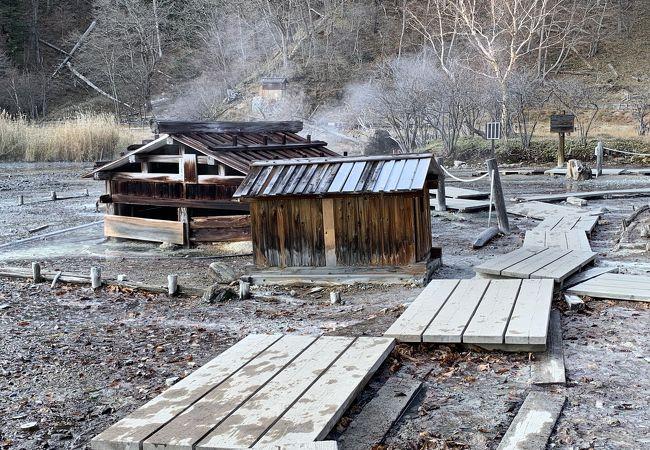 源泉小屋と湿地、温泉寺
