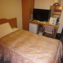 シングルベッドと部屋の設備