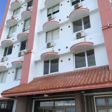 オレンジと白のホテル