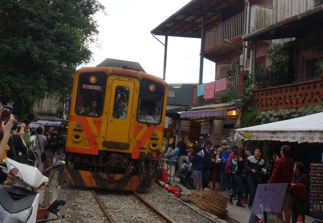 駅の収容能力を超える乗客が殺到して、電車に乗れないとか悲惨な目に…