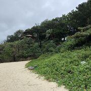 川平湾を見渡せる展望台があります