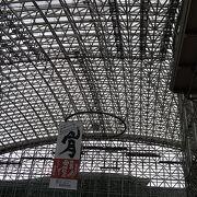 駅前のガラス張りドーム