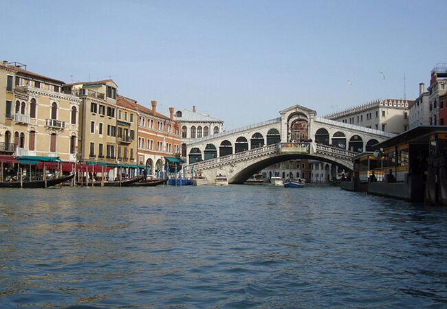 ヴェネツィア本島を貫く大運河です。