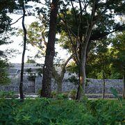 早朝観光は出来ませんが、塀越しに内部を垣間見ることは出来ました