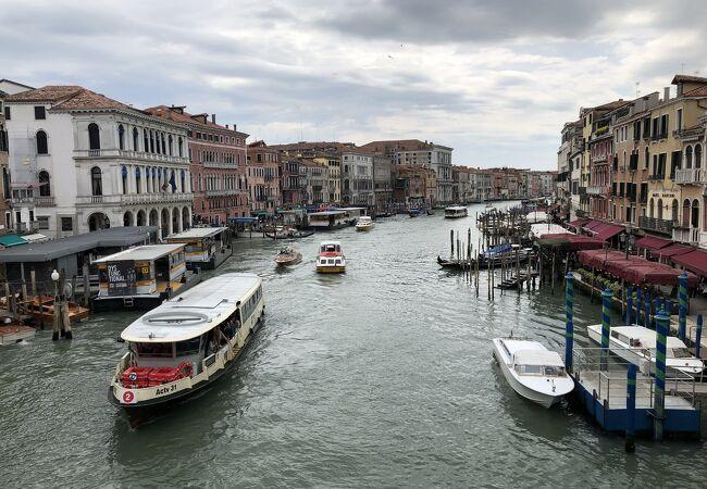 ヴェネツィアの街を貫流する。