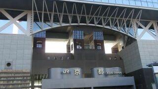 展望塔へとエスカレーターで大階段をのぼると視界が開け京都市街が一望です