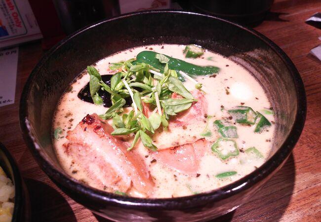 白っぽいスープが印象的です。