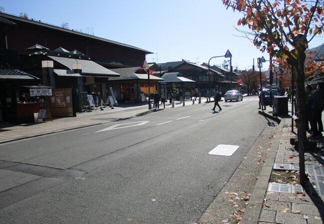 嵐山のメインストリートの商店街