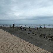 少し黒っぽい砂浜