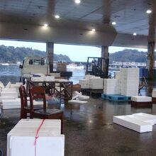 道の駅駐車場のすぐ前が魚市場の水揚げ岸壁で、朝は賑わう。