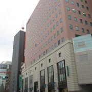 渡辺通りを挟んで福岡三越などが・・・。