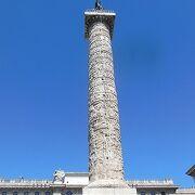 中央にマルクス・アウレリウスの記念柱