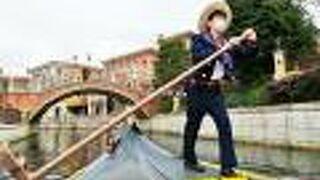 ヴェネツィアン・ゴンドラに乗って橋をくぐる