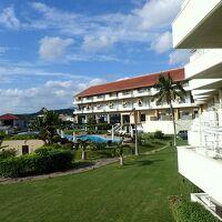 色鮮やかな庭とプール。雁行型の美しいホテルです