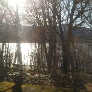 静かな美しい湖