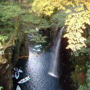 「深い峡谷に滝が降り注ぎ、そこでボート遊び」のイメージが強いが、観光写真ほで深くはない。