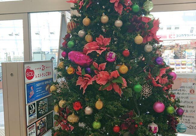 2階入り口のクリスマスツリーが華やか