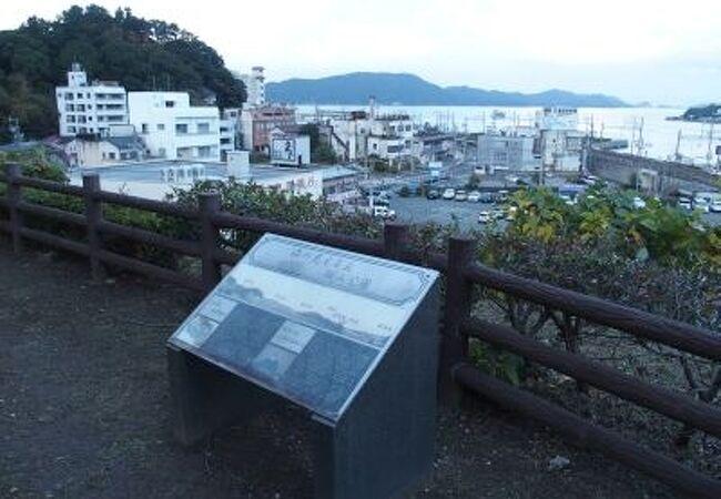 城跡から鳥羽の町、海を一望できる