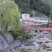 川沿いにある静かな温泉地