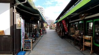 女鳥羽川に沿った歩行者天国なレトロ商店街