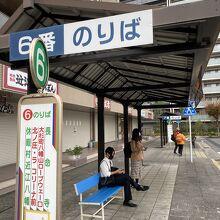 駅から出て左の6番乗り場がロープウェイ、八幡堀への長命寺行き