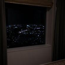窓が大きめで夜景が綺麗でした。