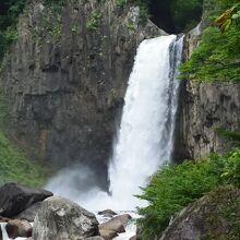 轟音を立てて流れ落ちるダイナミックな滝