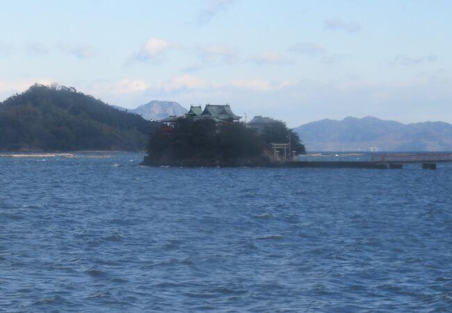島にある小さな神社
