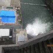 重力式のコンクリート製のダムです