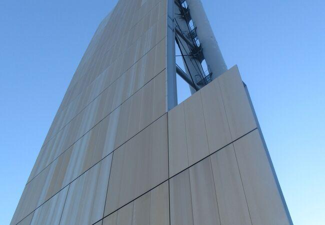 銀色の巨大建造物