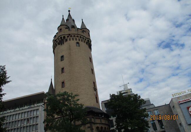 街中にある塔