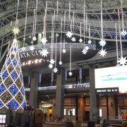 2020年12月27日現在、ある場所でポーズを決めると博多駅のビジョンに写し出されるそうです