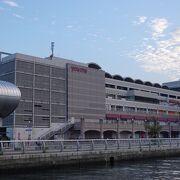 長崎港に隣接した巨大ショッピングモール