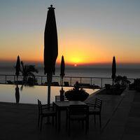 プールの向こうに上る朝日が絶景