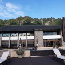 高台にあるホテル。テラスからの海の眺めが素晴らしい。