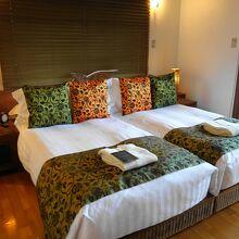 広いベッドの手前にはソファやデイベッドも
