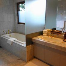 大理石張りのバスルーム。アメニティも天然原料のものを中心に