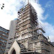 教会の尖塔は只今修復工事中!