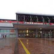JRと路面電車やバスの駅で高知の交通の要衝